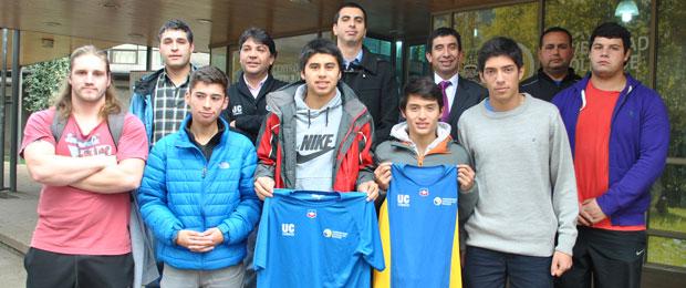 Los deportistas de la UC Temuco en compañía de autoridades universitarias.